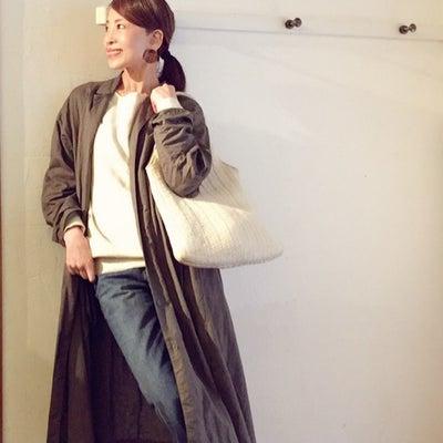 白いバッグで彩度を上げたリネンワンピーススタイル。の記事に添付されている画像