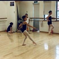 スタジオパフォーマンスで、一人づつバリエーションを踊ります。の記事に添付されている画像
