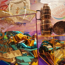 銀テープを飾るショーウィンドウのディズニーランド。我が家も飾ってみましたよ(^.の記事に添付されている画像