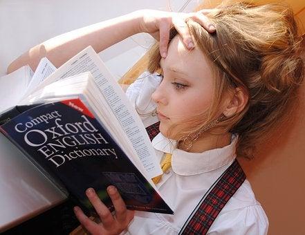 辞書を読む女の子の画像