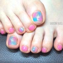 シアーなブルー×ピンクのフットネイルの記事に添付されている画像
