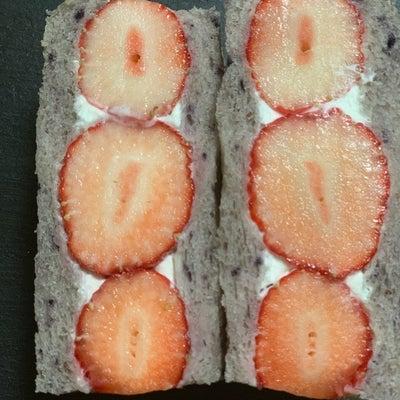 ブルーベリー食パンのフルーツサンドの記事に添付されている画像