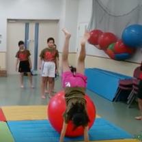 バランスボールで飛び込み側転 バランスボール教室 NECグリーンスイミング玉川 の記事に添付されている画像