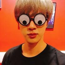 香港2日目 ジン君  同型の面白いメガネ 予約開始♪ 【防弾少年団】の記事に添付されている画像
