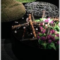 黒い空間に浮かびあがる水盤の花の魅力の記事に添付されている画像