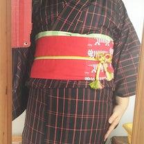黒地に赤い縞の大島紬の記事に添付されている画像