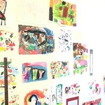 賃貸暮らしでも気にせず、壁に絵をたくさん貼れる便利グッズの記事に添付されている画像
