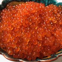 鉢から溢れんばかりのイクラと、会津の銘酒「飛露喜」。の記事に添付されている画像