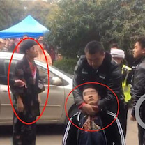 中国武漢大学で保安員が桜鑑賞の学生を確保の記事に添付されている画像
