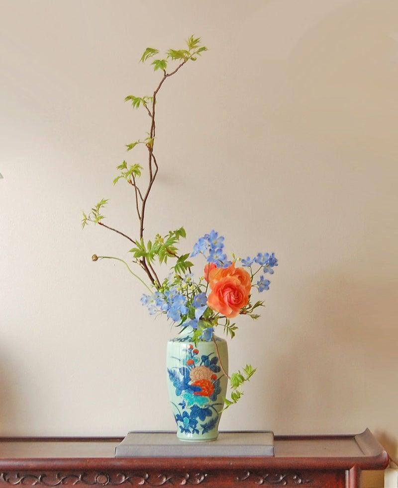 雷電、デルフィニウム、ラナンキュラスの生け花