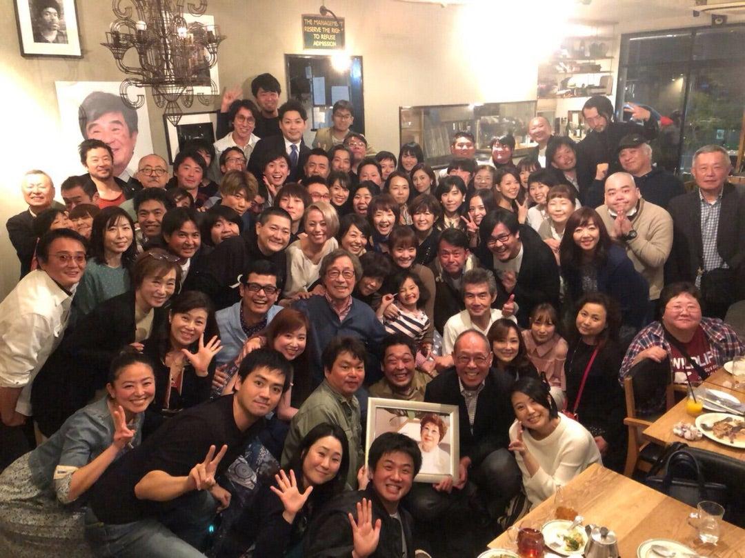 「金八先生」の古希バースデーに、つちやかおり、直江喜一、浅野忠信ら総勢80人の卒業生たちが大集合(画像あり)