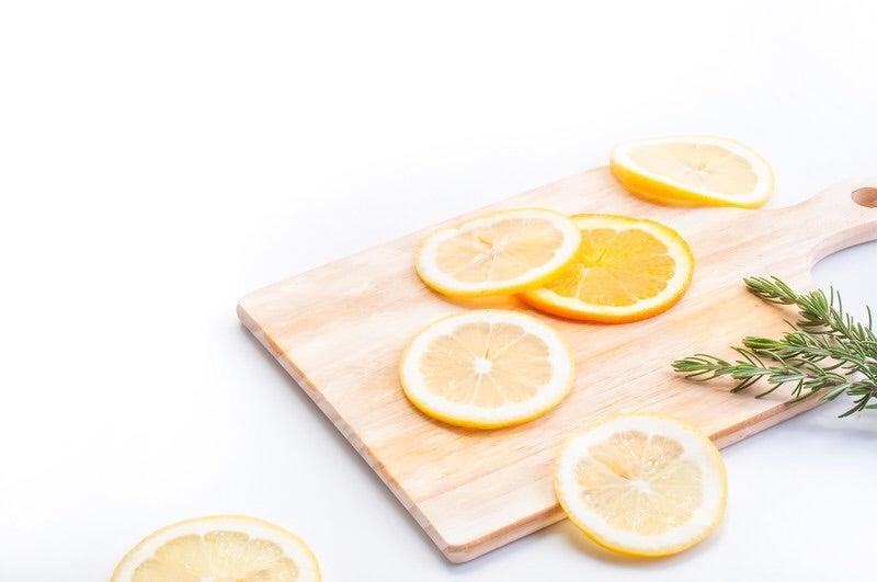 柑橘類が乗ったまな板
