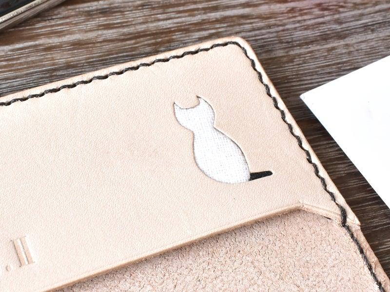 尻尾の黒い白猫
