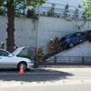 ▼唸声事故現場のストリートビー/訂正:自動車と衝突して18歳の車が階段に乗り上げるの画像
