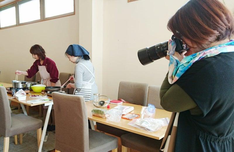 女性カメラマン 撮影風景 カメラ
