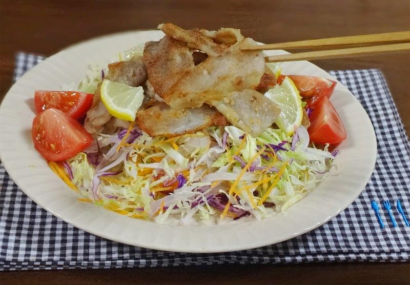 カリカリ豚肉のミックスサラダ