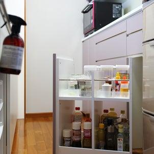 キッチン背面収納におさまる調味料ワゴンの画像
