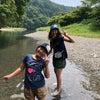 藍染体験と川遊びの画像