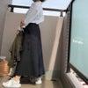 助かる白シャツとスカートの画像