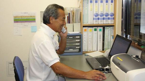 モニタールームで介護職員の働きを監視する施設長