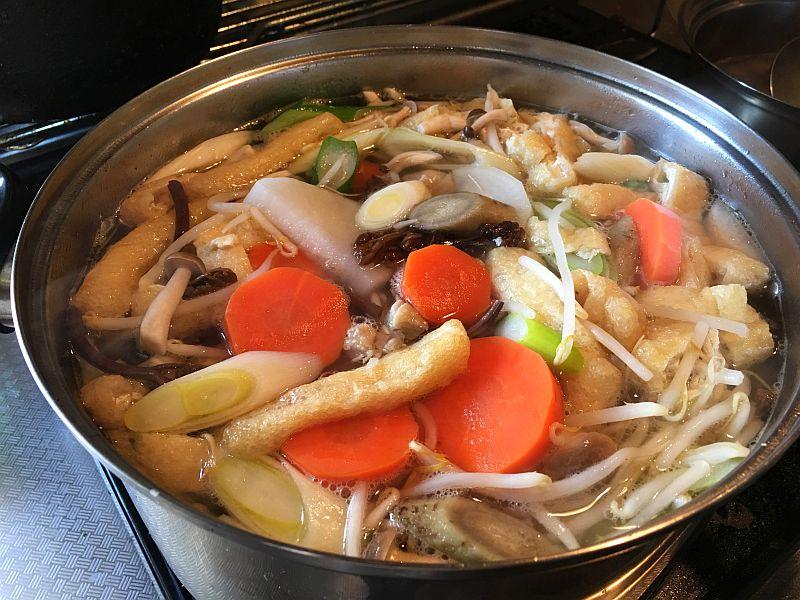 残り野菜や練り物をおでん風に煮込む