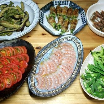 八幡浜近海産アカエビの刺し身、自家栽培ミディトマトスライス、オクラ・キュウリのサラダほか。