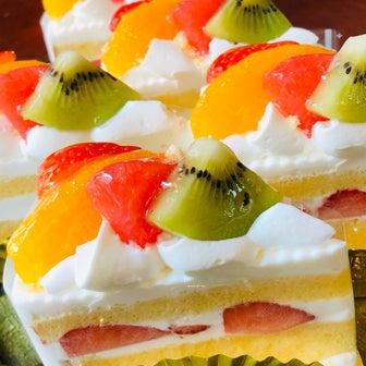 フルーツたっぷりケーキできました。夏休みの予定は?