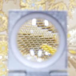 画像 伝統的な織り機で布地を織っている製造工程 の記事より 5つ目