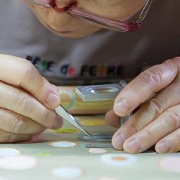 画像 伝統的な織り機で布地を織っている製造工程 の記事より 4つ目