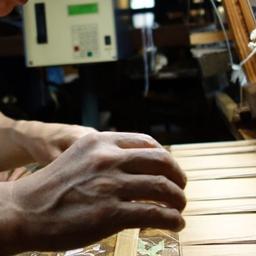 画像 伝統的な織り機で布地を織っている製造工程 の記事より 1つ目