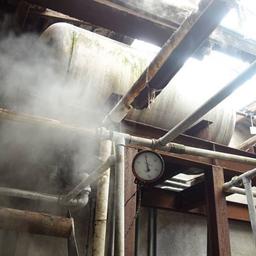 画像 伝統的な織り機で布地を織っている製造工程 の記事より 2つ目