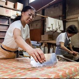 画像 伝統的な織り機で布地を織っている製造工程 の記事より 3つ目