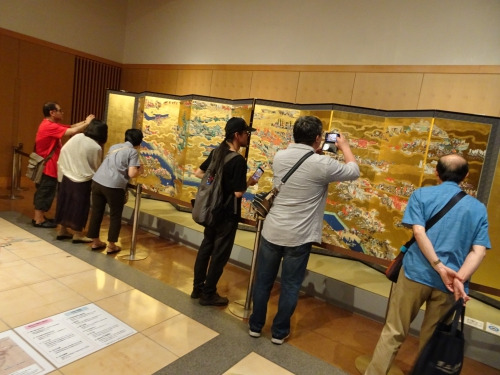 大坂冬の陣図デジタル想定復元を見学する人々