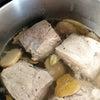 香草とスパイスを効かせた煮豚の画像