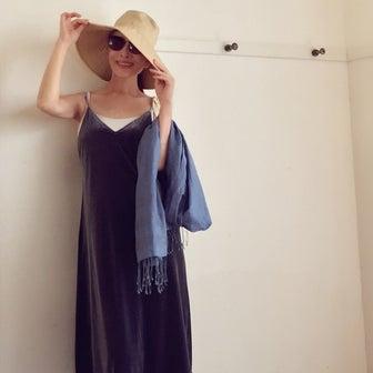 スリップドレスをカジュアルに着る。