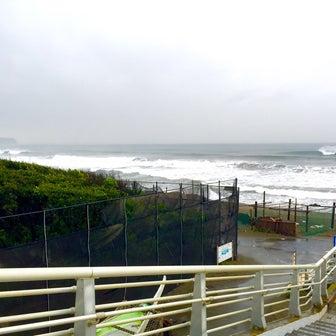 海からキラーサーフ湘南店まで歩いたら〜オンショアでも楽しくサーフィンやりましょ〜♪