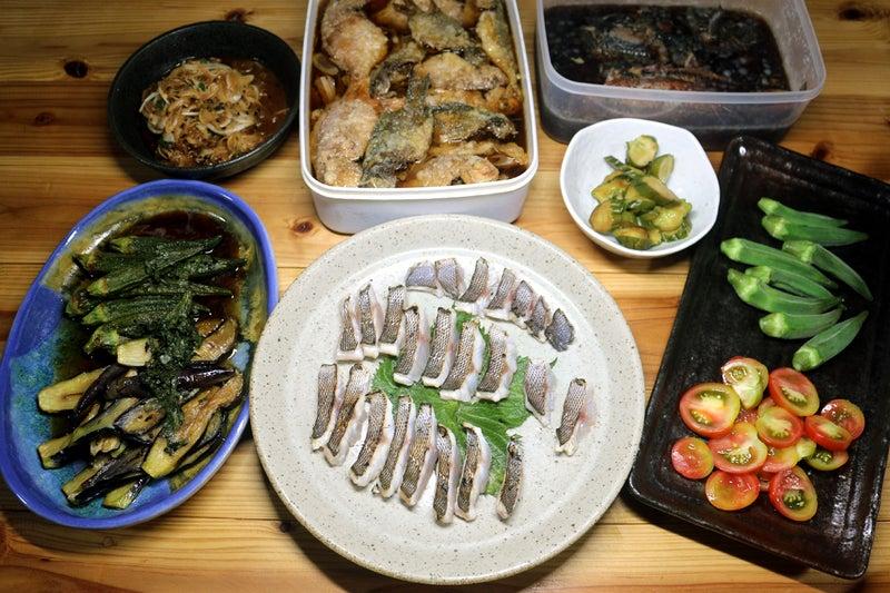 八幡浜近海産イサキの皮焼き(炙り刺し身)、自家栽培ナスとオクラの揚げ浸し、キュウリの漬けものほか