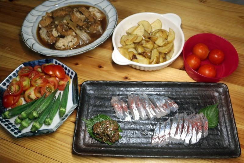 八幡浜近海産釣りアジの刺し身、自家栽培ミディトマトとオクラのサラダ、自家栽培ジャガイモフライほか
