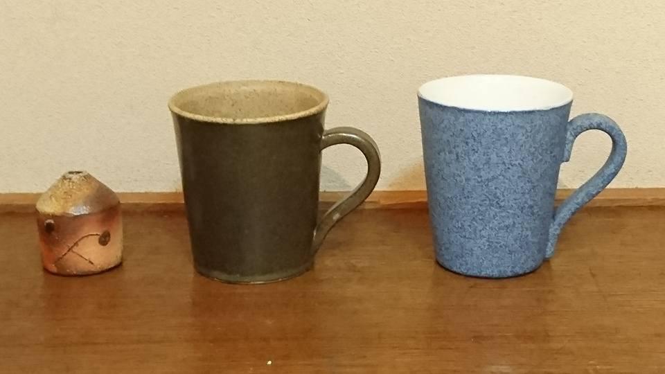 三橋乙揶陶器展「あの日の青い空」(ギャラリー白い扉)の記事より