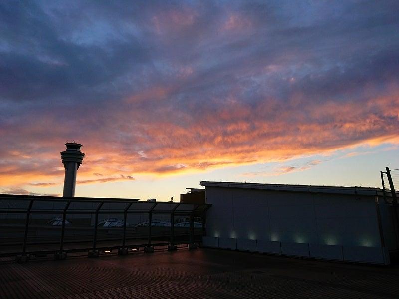 管制塔と夕焼け雲