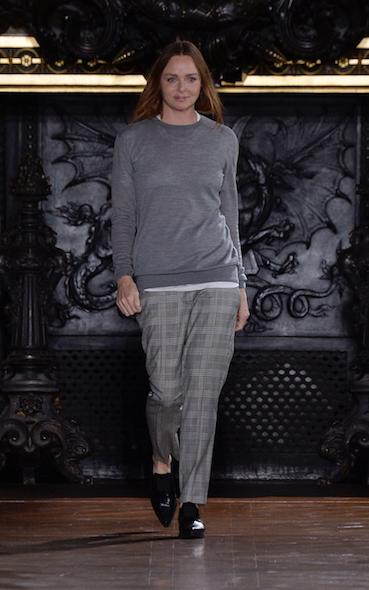 ランウェイの最後を飾る、女性デザイナーの私服がお手本