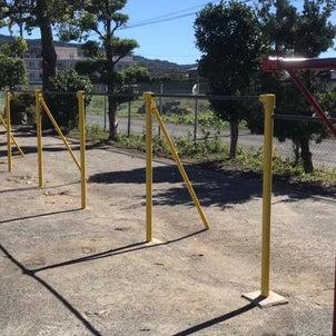 小学校の遊具&門扉塗装ボランティアを実施の画像