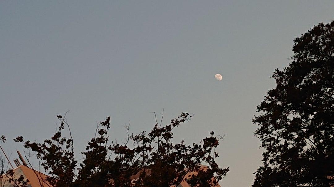 数時間で太陽からお月さまに変わる様子がとても綺麗の記事より