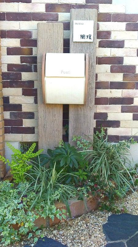 コンクリート製枕木と寄せ植えの画像