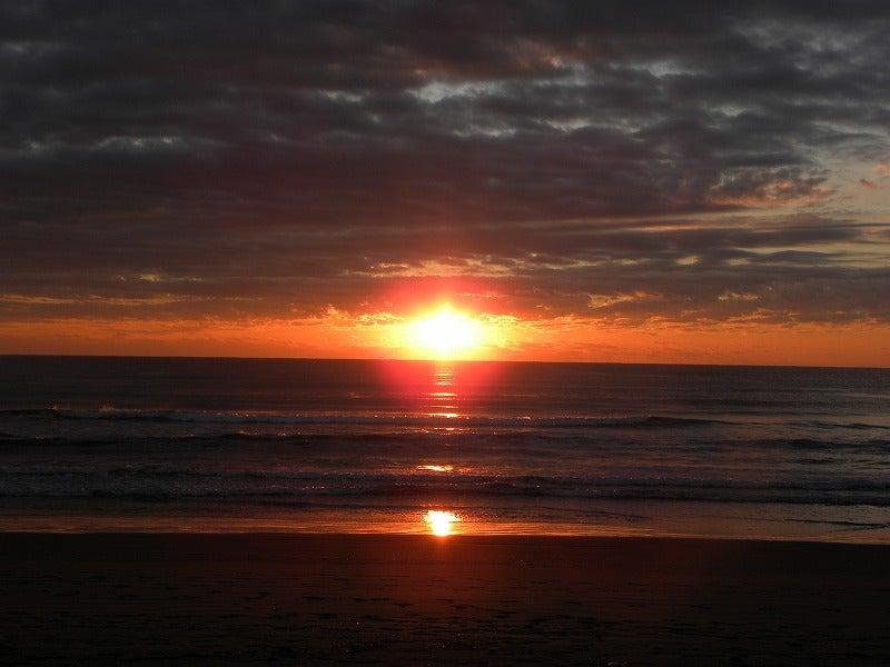 朝日 が 水平線 から 光 の 矢 を 放ち