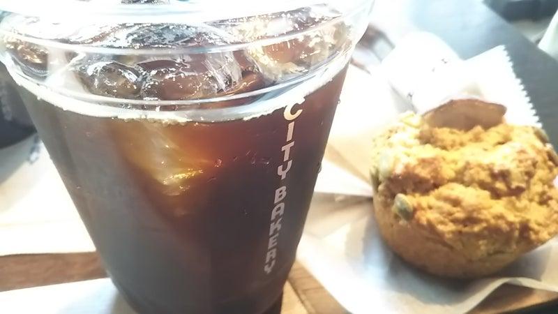 ザ シティ ベーカリーのコーヒーとマフィン