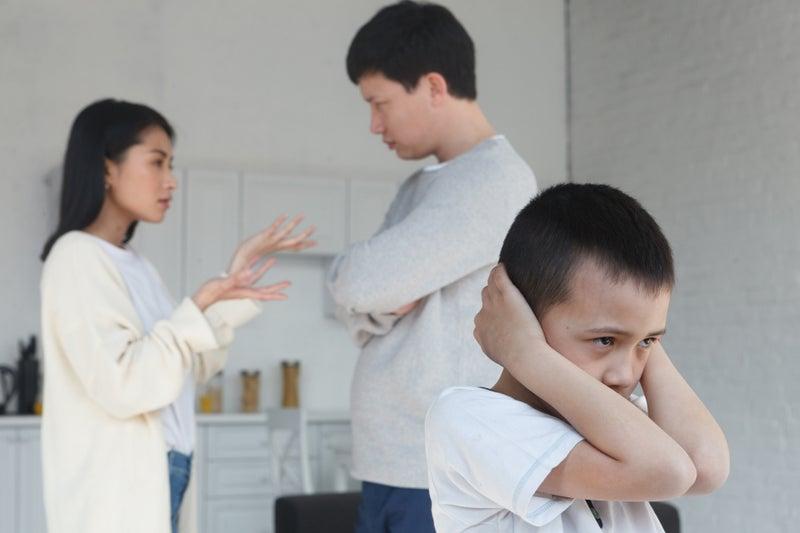 喧嘩をする両親