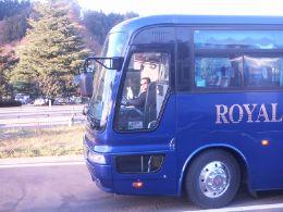 自由人「観光バスと戯れて」