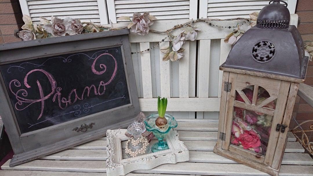 エントランスに置いてあるベンチに雑貨を飾っての記事より