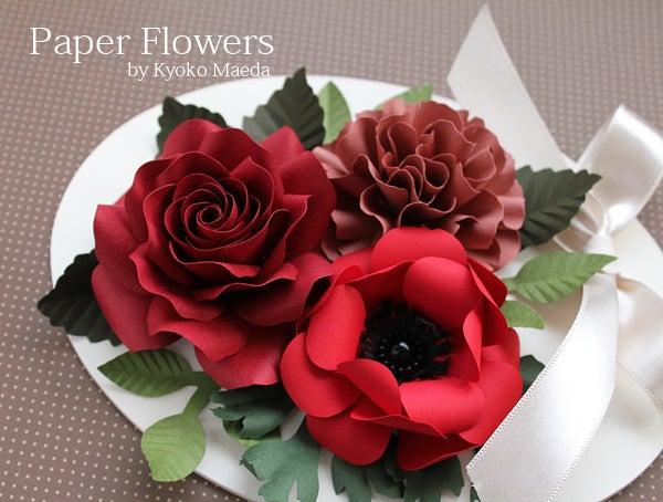 前田京子のペーパーフラワー、ペーパーアートの赤いバラとアネモネ、カーネーションの壁掛け